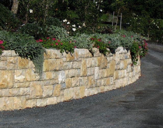 Retaining walls auckland stonemasons stone walls rock for Muretti in tufo per aiuole